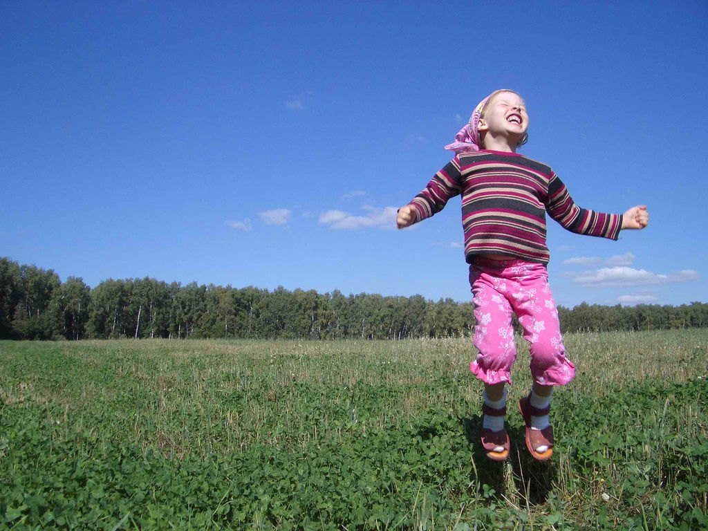 Barn hoppar av lycka